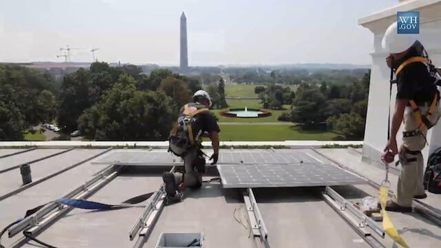 Fotovoltaico pannelli solari installati sul tetto della for Piani della casa sul tetto